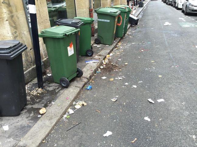 Malgré le passage du camion poubelle, les rues restent très sales.