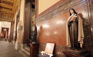 Illustration de statues religieuses, ici dans la cathédrale de Rennes.