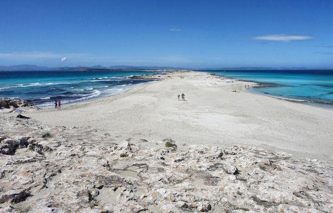 La plage de Ses Illetes, qui étire son sable blanc sur la péninsule d'Es Trucadors, est régulièrement classée parmi les plus belles plages du monde.