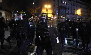 Des CRS place de la Chapelle, à Paris, le 17 janvier 2020, alors que des manifestants se sont rassemblés devant le théâtre des Bouffes du Nord, où se trouvait Emmanuel Macron.