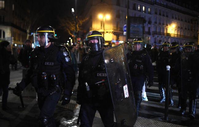 Retraites: Emmanuel et Brigitte Macron escortés d'un théâtre parisien par des CRS face aux manifestants