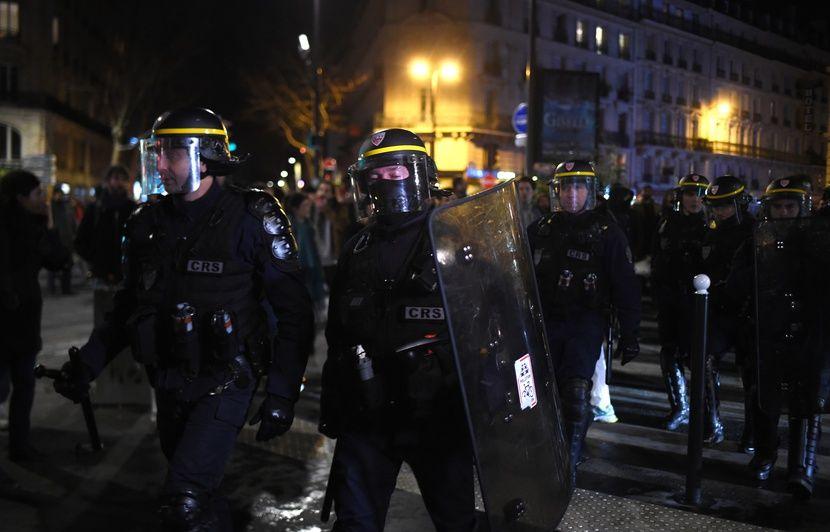 Retraites : Emmanuel et Brigitte Macron exfiltrés d'un théâtre parisien par des CRS face aux manifestants