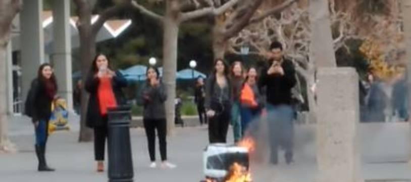 Un robot Kiwibot a pris feu près de l'université de Berkeley.