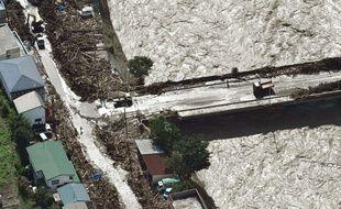Après le passage du typhon, la rivière a porté des débris de bois flottants jusque devant les habitations à Iwaizumi, dans le Nord-Est du Japon, le 31 août 2016.