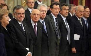 Mario Monti et son nouveau gouvernement prêtent serment àRome, en présence du président Giorgio Napolitano, le 16 novembre 2011.