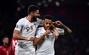Corentin Tolisso félicité par Olivier Giroud face à l'Albanie.