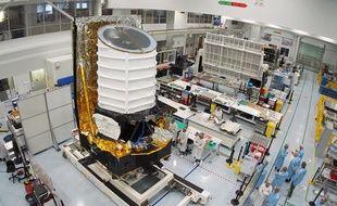 Le satellite et son impressionnant télescope de 3,5m de haut, jeudi à Cannes