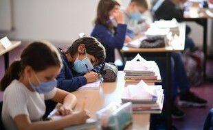 Des élèves font leur rentrée masqués à l'école Françoise-Giroud de Vincennes, le 1er septembre 2020.