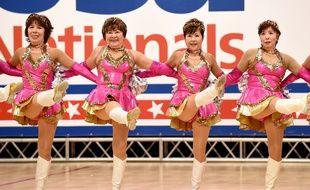 Un groupe de Nippones d'âge respectable s'entraînent à être pompom girls chaque semaine