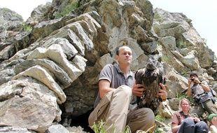 Les deux poussins, montés à dos d'homme, ont été installés dans leur grotte.