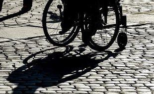 Une personne en fauteuil roulant.