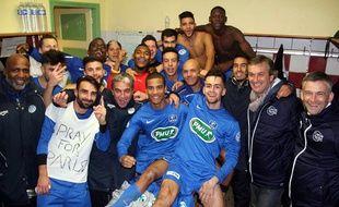 Les joueurs du CPB Bréquigny après leur qualification pour le 8e tour de la Coupe de France, à Rostrenen.