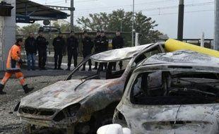 Gendarmes le 21 octobre 2015 devant des véhicules calcinés  à la gare de Moirans, lors de violences commises la veille par des gens du voyage
