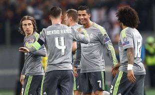 Ronaldo fête son but avec ses partenaires lors de la victoire du Real Madrid à Rome le 17 février 2016.