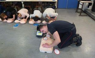 Apprentissage massage cardiaque, lors d'une initiation aux premiers secours.WITT/SIPA