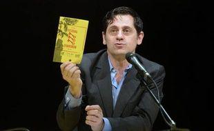 Le directeur du Festival d'Avignon, Olivier Py, montre le programme de l'édition 2014, le 20 mars 2014