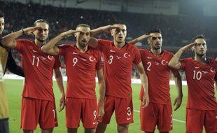 Les joueurs turcs ont mimé un salut militaire lors de la victoire face à l'Albanie, vendredi 11 octobre 2019.