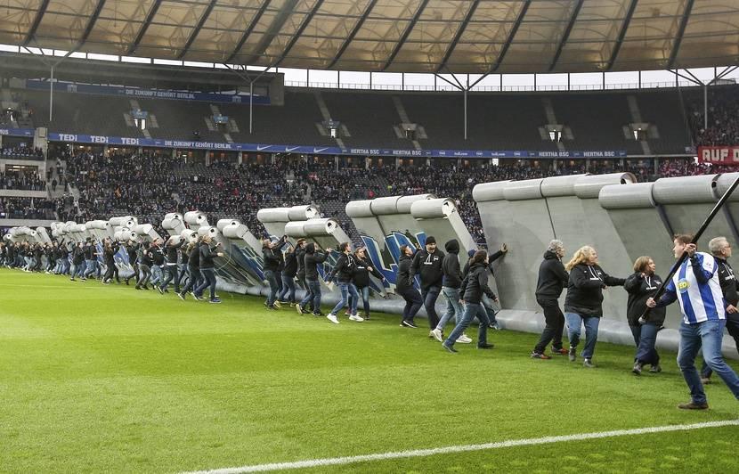 Allemagne: Une réplique du Mur de Berlin érigée sur la pelouse du stade olympique avant le match du Hertha