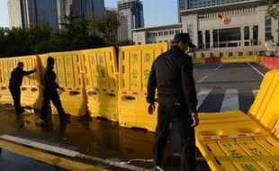 Des dizaines de policiers étaient stationnés jeudi autour d'un tribunal de l'est de la Chine qui devait se prononcer le lendemain sur l'appel de Bo Xilai, ex-étoile montante du Parti communiste condamné il y a un mois à la prison à vie.