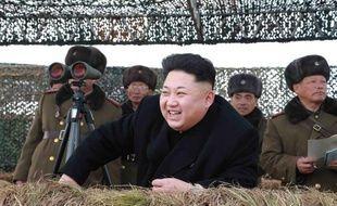 Photo en date du 25 janvier 2015 fournie par l'agence KCNA, de Kim Jong-Un supervisant des exercices militaires dans un lieu non précisé de Corée du Nord