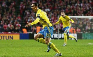Zlatan Ibrahimovic fête son but lors du match entre le Danemark et la Suède le 17 novembre 2015.