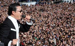 """Plusieurs milliers de personnes se sont rassemblées lundi au Trocadéro à Paris pour un """"flashmob"""" avec le chanteur sud-coréen Psy, dont le tube planétaire """"Gangnam Style"""" a dépassé les 650 millions de vues sur Youtube, a constaté l'AFP."""