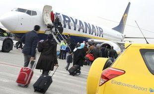 Illustration: Des passagers montent dans un avion Ryanair, à l'aéroport d'Eindhoven, aux Pays-Bas, le 3 avril 2013.