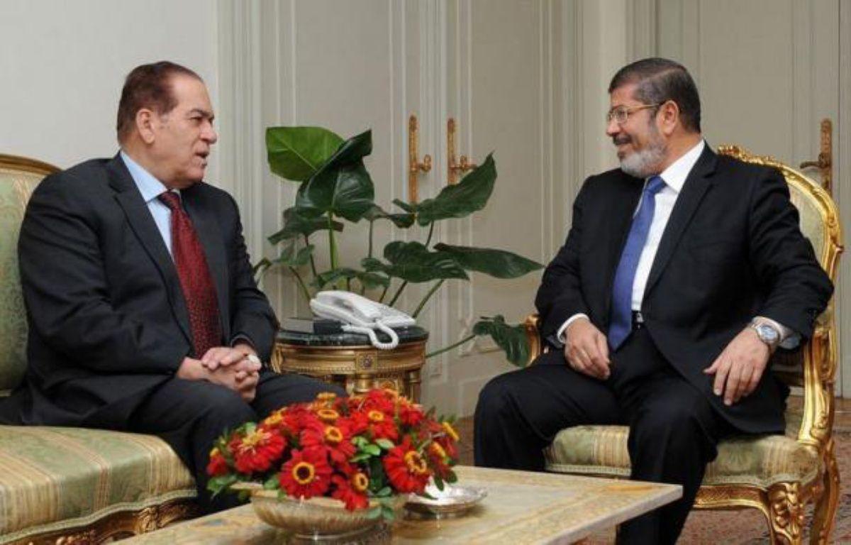 L'islamiste Mohamed Morsi, premier président démocratiquement élu en Egypte depuis la chute de Hosni Moubarak, s'est attelé lundi à la formation d'un gouvernement en attendant la remise du pouvoir exécutif d'ici la fin de la semaine par le pouvoir militaire. –  afp.com
