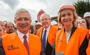 Claude Bartolone (PS, à g.) et Valérie Pécresse (LR, à dr.), sur le chantier d'extension de la ligne 11 du métro à Rosny, en mai 2015.