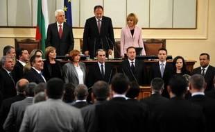 """Après des mois de crise, la Bulgarie a désormais un nouveau gouvernement après l'investiture mercredi de l'économiste sans étiquette Plamen Orecharski qui a promis de lutter contre la pauvreté et """"la désintégration de la société"""" de ce pays de l'Union européenne."""