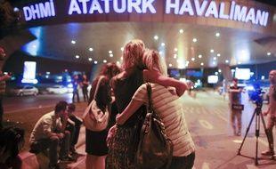 Des usagers devant l'aéroport d'Istanbul, frappé par un triple attentat le 29 juin 2016.