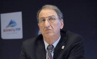 Le président du Comité national olympique et sportif français (CNOSF), Denis Masseglia, a refusé mercredi, avec le sourire, de citer les noms des athlètes susceptibles de devenir porte-drapeau de la délégation française aux jeux Olympiques de Londres (27-juillet-12 août).