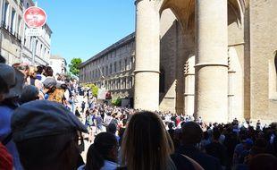 Une foule de plusieurs milliers de personnes a assisté à la cérémonie sur un écran géant.