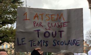 Des parents d'élèves et des enseignants ont manifesté le 12 décembre 2017 à Toulouse contre le manque d'Atsem pendant le temps scolaire.