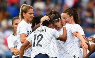 Les Françaises célèbrent le but d'Elise Bussaglia contre la Thaïlande, le 25 mai 2019.