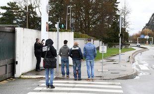 Des policiers devant la caserne de Varces-Allières-et-Risset ce jeudi