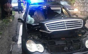 Un rocher a fini sa chute sur la place passager d'une voiture, sur une route de l'arrière-pays niçois.