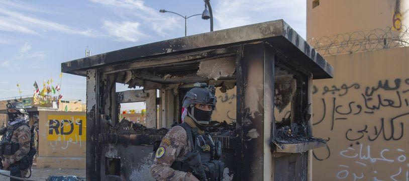 Des soldats irakiens devant l'ambassade américaine à Bagdad, le 1er janvier 2020 (illustration).