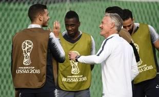 Didier Deschamps au milieu de ses joueurs lors de l'entraînement à la veille de la finale de la Coupe du monde France-Croatie, le 14 juillet 2018.