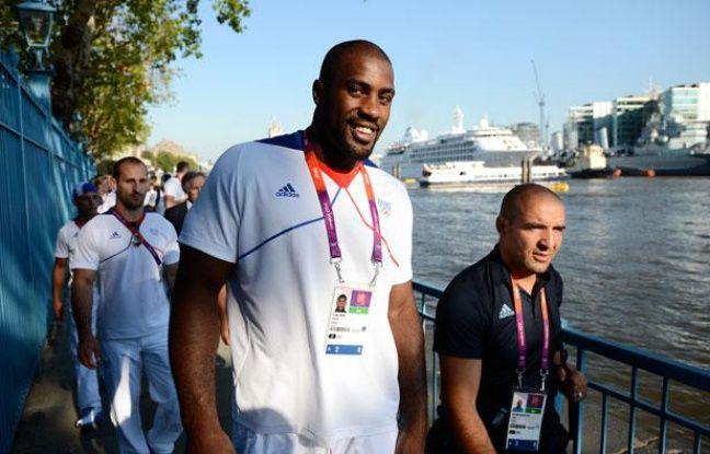 Le judoka français Teddy Riner, avec Larbi Benboudaoud (à dr.), lors de la présentation des équipes de France, à Londres, le 26 juillet 2012.
