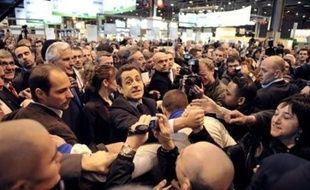 La visite de Nicolas Sarkozy au Salon de l'agriculture samedi a été marquée par un échange d'invectives entre un visiteur et le président, séquence filmée qui a été diffusée dans la soirée sur le site Le Parisien.fr.