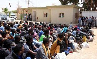 Des migrants d'Afrique sub-saharienne attendant dans un centre à Misrata, en Libye, le 9 mai 2015