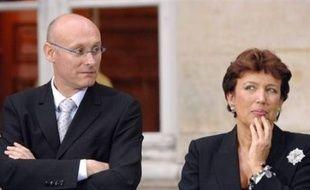 """Roselyne Bachelot, ministre de la Santé et de la Jeunesse et son secrétaire d'Etat Bernard Laporte ont exprimé """"toute leur indignation"""" et demandé le retrait des émetteurs d'ultra-sons audibles uniquement par les jeunes et visant à empêcher les attroupements."""