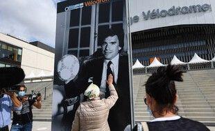 Un portrait de Bernard Tapie a été installé ce dimanche devant le Vélodrome, en attendant la chapelle ardente à l'intérieur de l'enceinte.