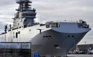 Un des deux navires Mistral dans le port de Saint-Nazaire, le 26 novembre 2014