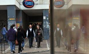 Près de la moitié des ménages grecs vivent de la pension de retraite d'un membre de leur famille, alors que le chômage atteint des records après six ans de récession, rapporte vendredi une étude de la fédération des petits et moyens commerçants et artisans (GSEVEE).