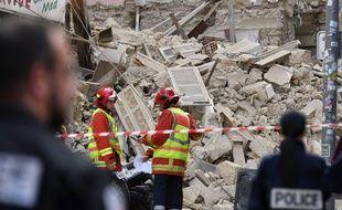 Des pompiers devant l'un des immeubles qui s'est effondré rue d'Aubagne