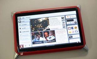 """La première tablette tactile """"made in France"""" a été dévoilée jeudi en Saône-et-Loire par la marque Qooq, qui a relocalisé en France sa ligne de production, initialement basée en Chine, pour démontrer que """"l'industrie du 21e siècle"""" a sa place en Europe."""
