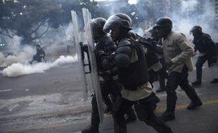 Etudiants, opposants et journalistes se mobilisaient vendredi au Venezuela pour dénoncer les atteintes aux droits de l'homme commises par les forces de l'ordre en marge des manifestations antigouvernementales qui ont fait 17 morts en trois semaines.