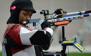 """""""Je suis heureuse et fière"""", a déclaré la tireuse Bahiya Al-Hamad, première sportive du Qatar à participer aux jeux Olympiques, après les qualifications du tir à la carabine 10 m des JO de Londres dont elle a pris samedi la 17e place"""